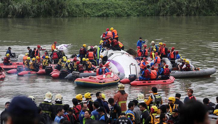 Число жертв авиакатастрофы на Тайване возросло