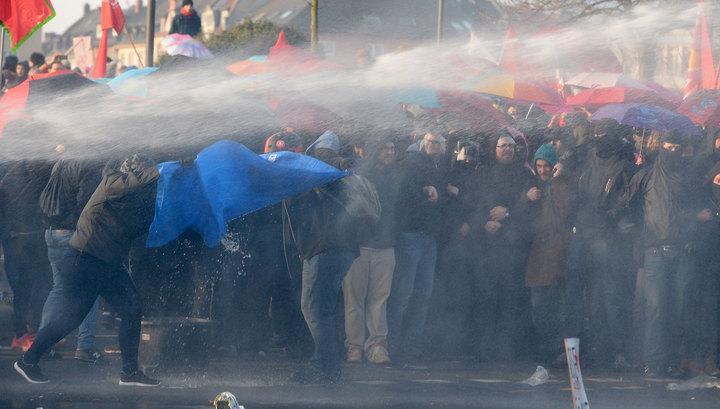 В Германии противники политики ЕЦБ закидали полицейских камнями