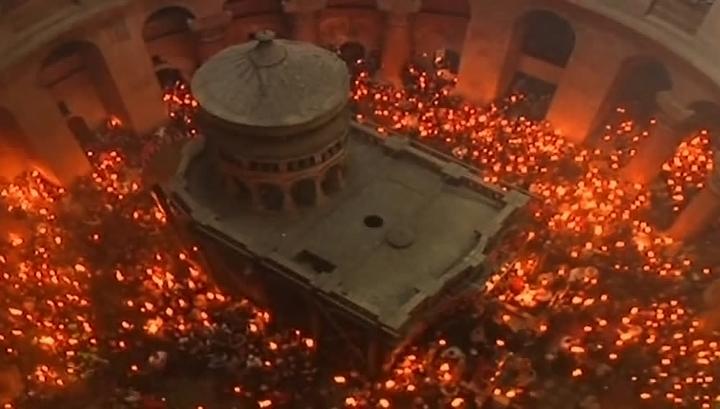 Частицу Благодатного огня доставили в Москву