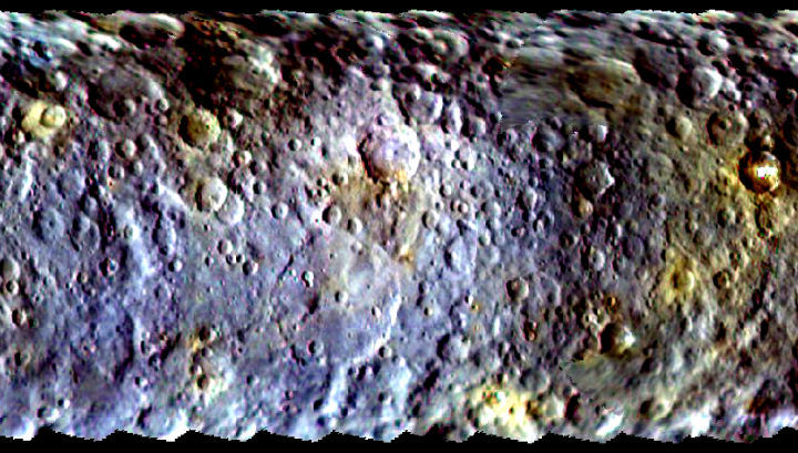 Карта поверхности Цереры, составленная из снимков, снятых аппаратом Dawn перед выходом на круговую орбиту карликовой планеты