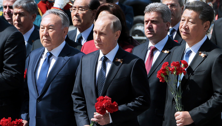 Владимир Путин и гости Парада возложили венки к Могиле Неизвестного солдата