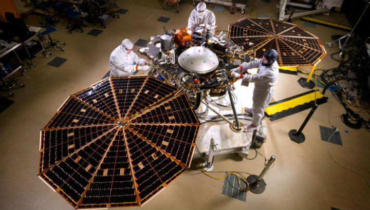 Спускаемый зонд InSight с развёрнутыми солнечными батареями во время испытаний на базе авиакосмической компании Lockheed Martin Space Systems в Денвере
