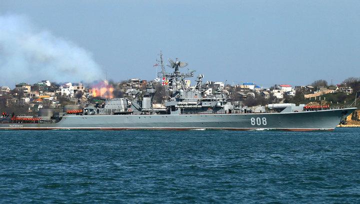 """""""Пытливый"""" сторожит десантный корабль ВМС США в Черном море"""