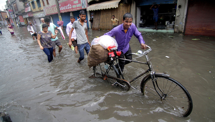 Сильнейшие ливни парализовали индийский Мумбаи