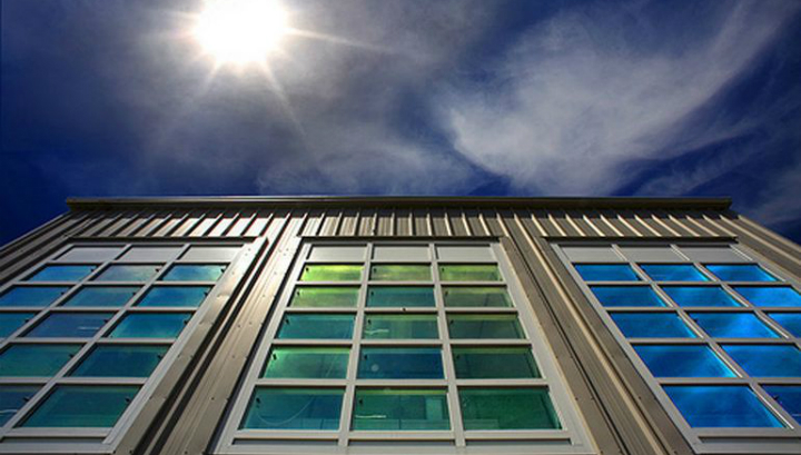 Новые окна обработаны нанокристаллическим материалом, который может опционально блокировать свет или тепло с целью повышения энергоэффективности