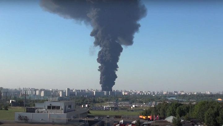 Очевидцы крупного пожара в Москве: после возгорания запахло хлором