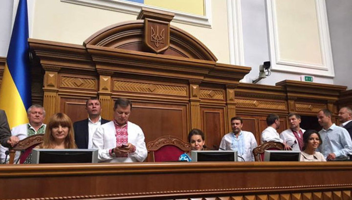 """Радикалы блокируют трибуну Рады, требуя не голосовать за """"путинские"""" изменения"""