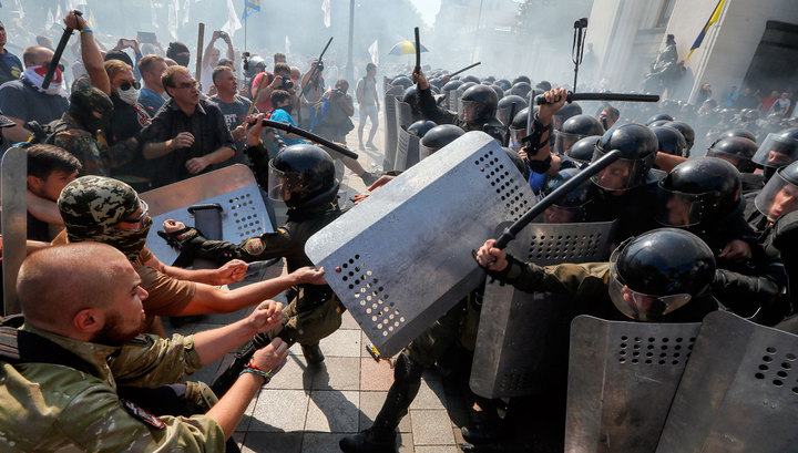 Бунт в Киеве: площадь у Рады залита кровью, есть погибшие