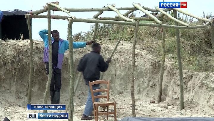 """Во французских """"Джунглях"""" беженцы строят деревянные хижины"""