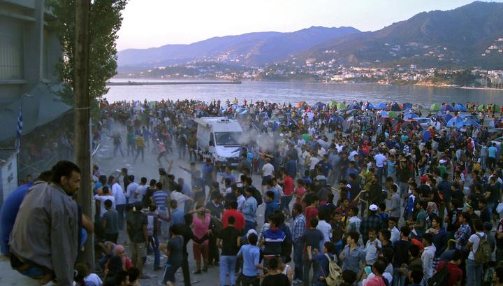 На греческом острове Лесбос мигранты забросали полицию камнями