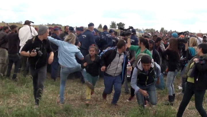 Венгерскую журналистку уволили за подножку мигранту
