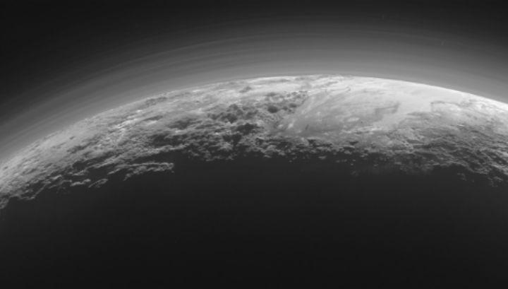 Туманная дымка на поверхности Плутона: на карликовой планете протекают гидрологические процессы, подобные земным