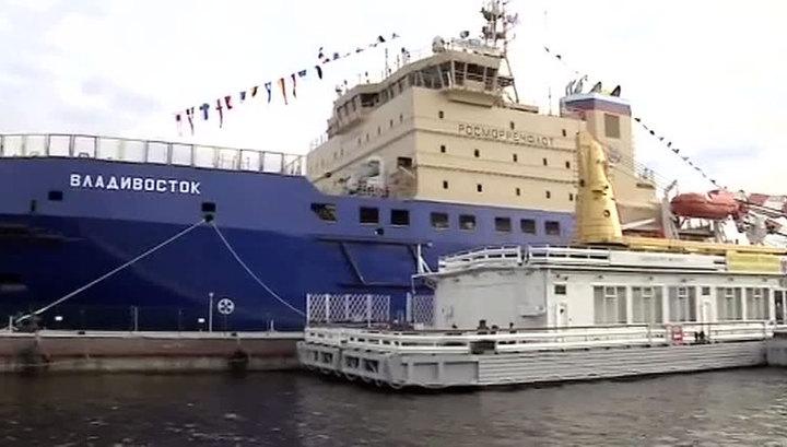 """В северной столице подняли флаг на ледоколе """"Владивосток"""""""