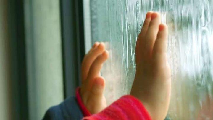 В   Днепре из окна многоэтажки выпала маленькая девочка