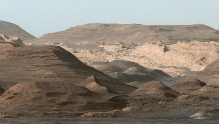 Составное изображение, принятое 9 сентября 2015 года с ровера Curiosity. Почва этого длинного хребта насыщена оксидом железа – гематитом
