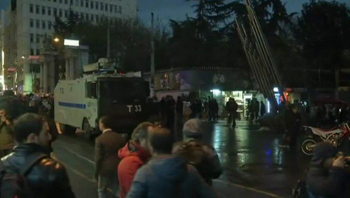 Стамбул снова на улицах: протестующих разгоняют газом, ранены несколько человек