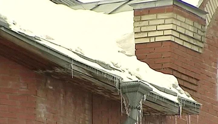 В Петербурге рабочий погиб, очищая крышу от наледи