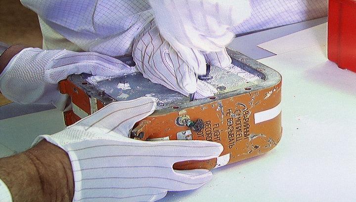 Вскрытие в прямом эфире: специалисты извлекли плату памяти черного ящика Су-24