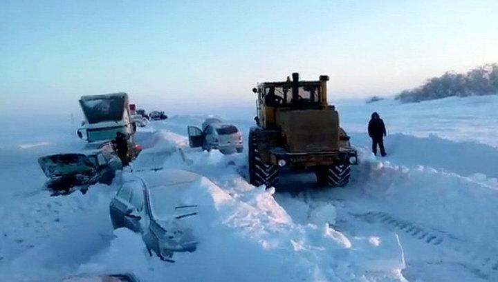 Снежная засада на трассе Оренбург-Орск: очевидцы выложили новые кадры спасения людей