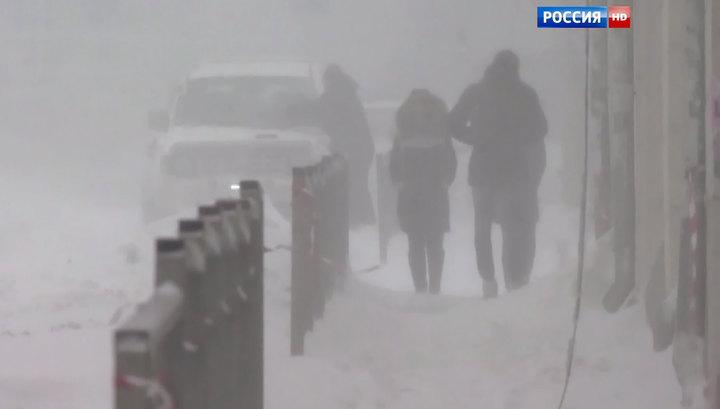 На Сахалине бушует метель: дороги перекрыты, авиарейсы отменены