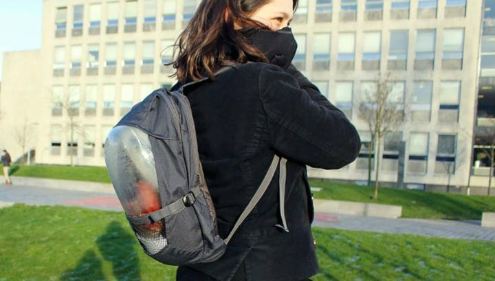 Девушка с имитацией рюкзака Plant Bag, оснащённого вентилятором для прогонки воздуха и дыхательной маской