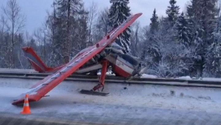 На Ярославское шоссе сел самолет