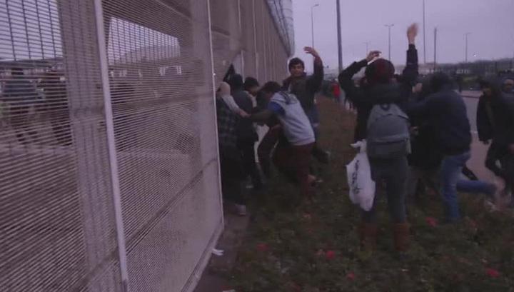 200 мигрантов ворвались во французский порт Кале