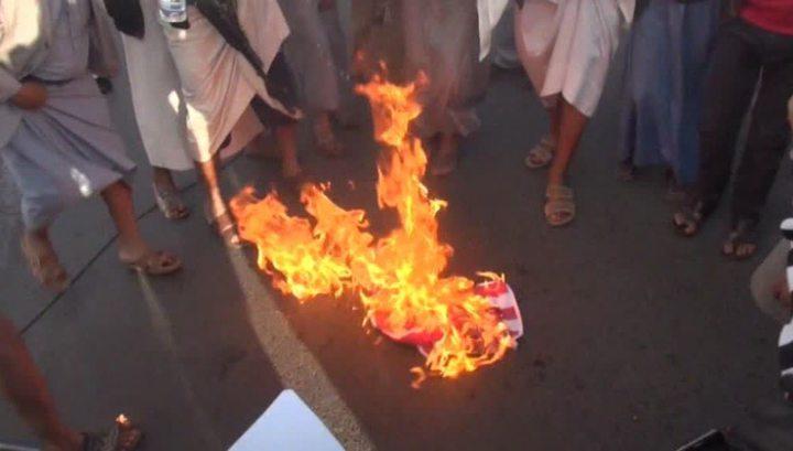 Участники протестов против коалиции в Йемене сожгли американский флаг