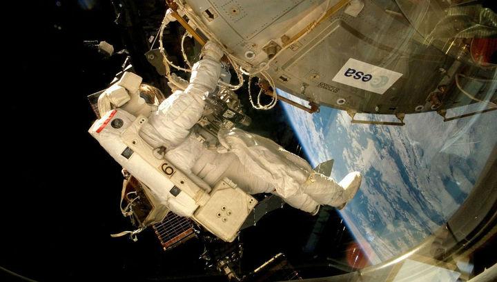 Астронавт фиксирует платформу EXPOSE-E на наружной части МКС
