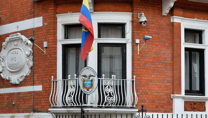 El Pais: охранники посольства Эквадора вели слежку за Ассанжем