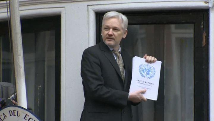 """Речь с балкона: основатель WikiLeaks считает решение ООН по """"делу Ассанжа"""" победой"""