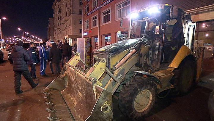 Ковшом по киоскам: Москву ломает. Фото