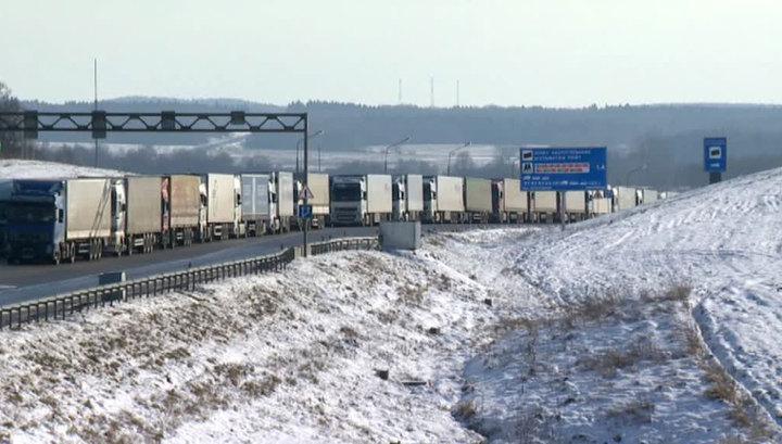Около 100 грузовиков застряли на границе между Россией и Украиной