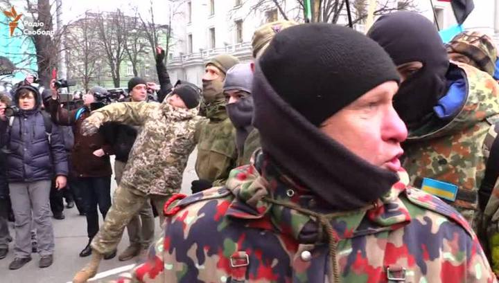 Атака яйцами: у памятника Ватутину в Киеве радикалы подрались с полицией