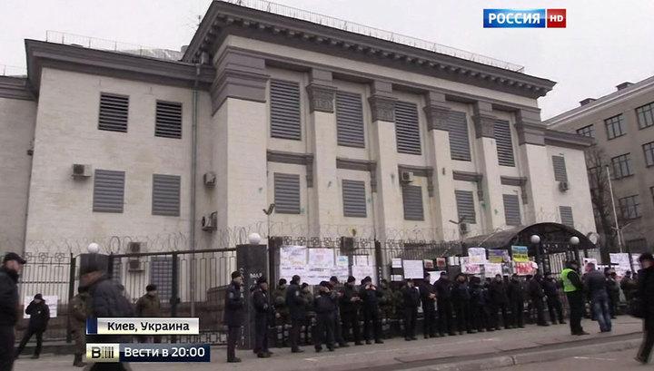 Без денег, но с зеленкой и файерами: украинцы атаковали российскую дипмиссию