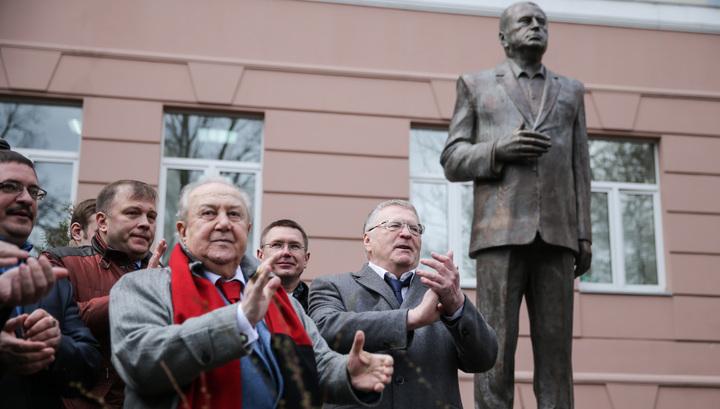 В Москве открыли трехметрового бронзового Жириновского