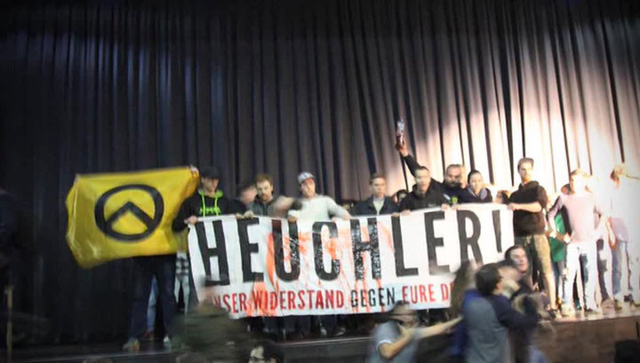 Акция австрийских ультраправых закончилась потасовкой на сцене с актерами-мигрантами