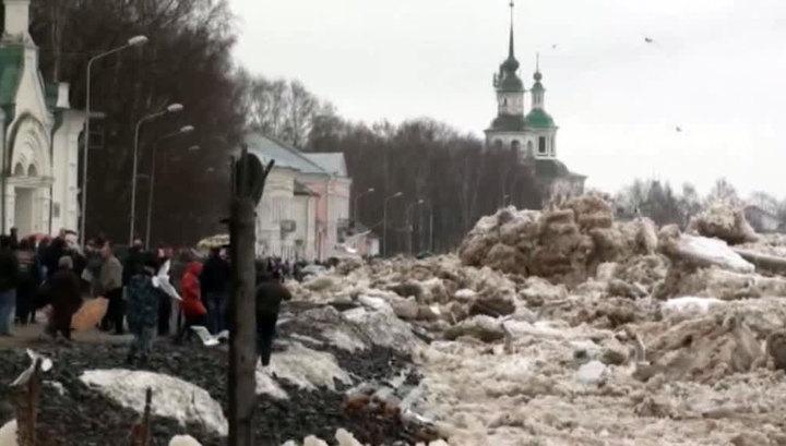 В Великом Устюге ледоход заваливает набережную десятками тонн льда