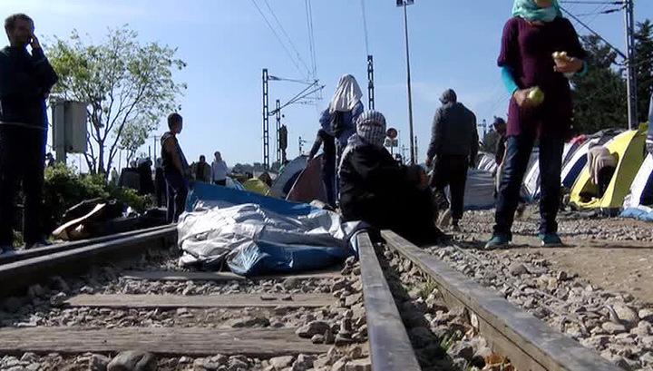 Мигранты в Греции вновь воюют с полицией