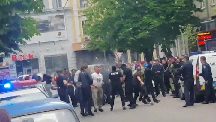 Харьковские националисты ранили полицейского во время празднования Дня Победы