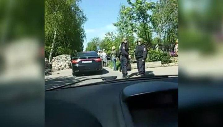 """Участники массовой драки на Хованском кладбище на """"Приоре"""" сбили двух человек"""
