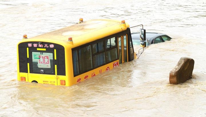 Наводнение в Нанпине 8 мая 2016 года похоронило под водой транспорт.