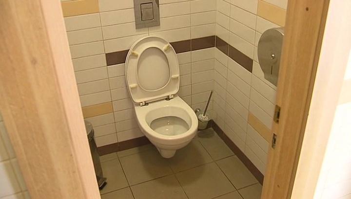 В Киеве налетчики пытались украсть унитазы из общественного туалета