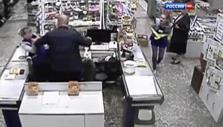 """Посетители магазина несколько часов """"не замечали"""", как мужчина убивает кассиршу"""