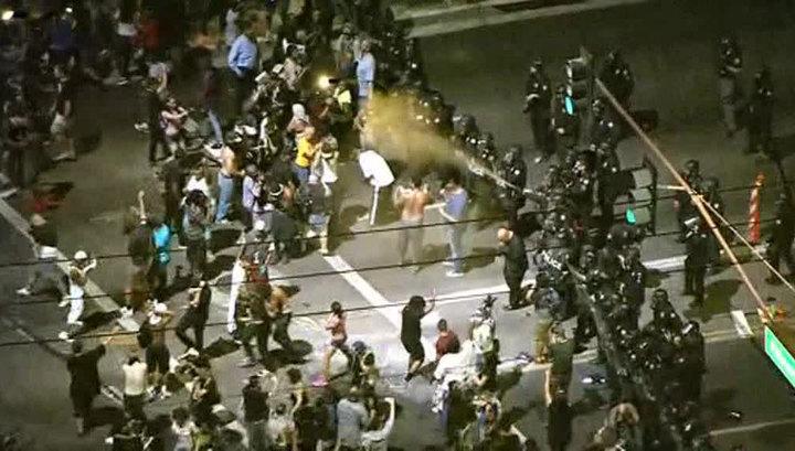 Разгон демонстрантов в США: бутылка с водой против слезоточивого газа