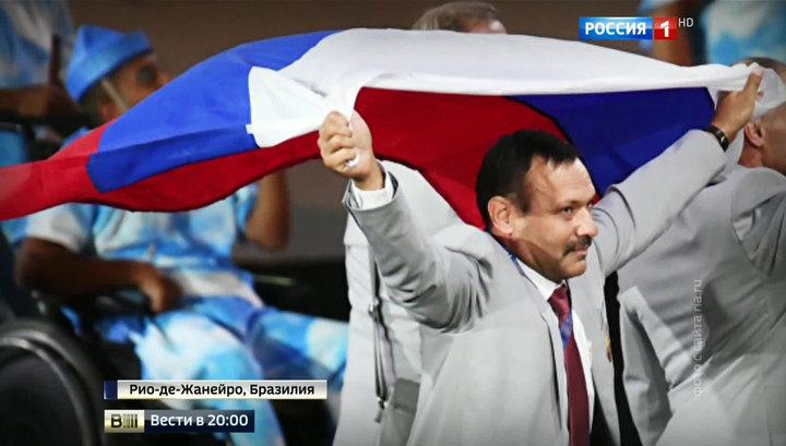 Белорусы пронесли флаг России по бразильскому стадиону