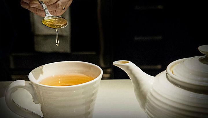 Чай с мёдом, куриный бульон или голодание? Новое исследование подсказывает, как правильно питаться при различных болезнях.
