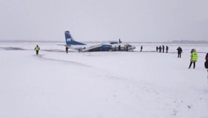 Жесткая посадка: пилот Ан-26 промахнулся мимо полосы