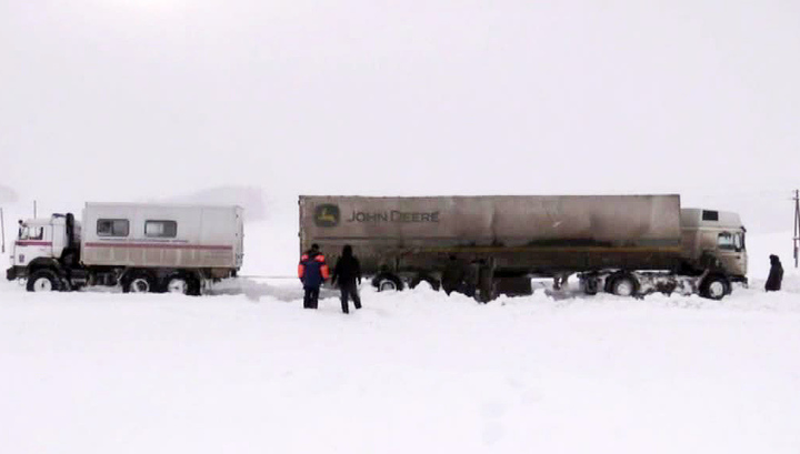 Спасатели МЧС ведут борьбу с погодой на сибирских автотрассах