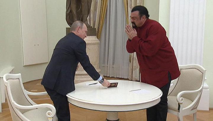 Сигал по-русски поблагодарил Путина за российский паспорт